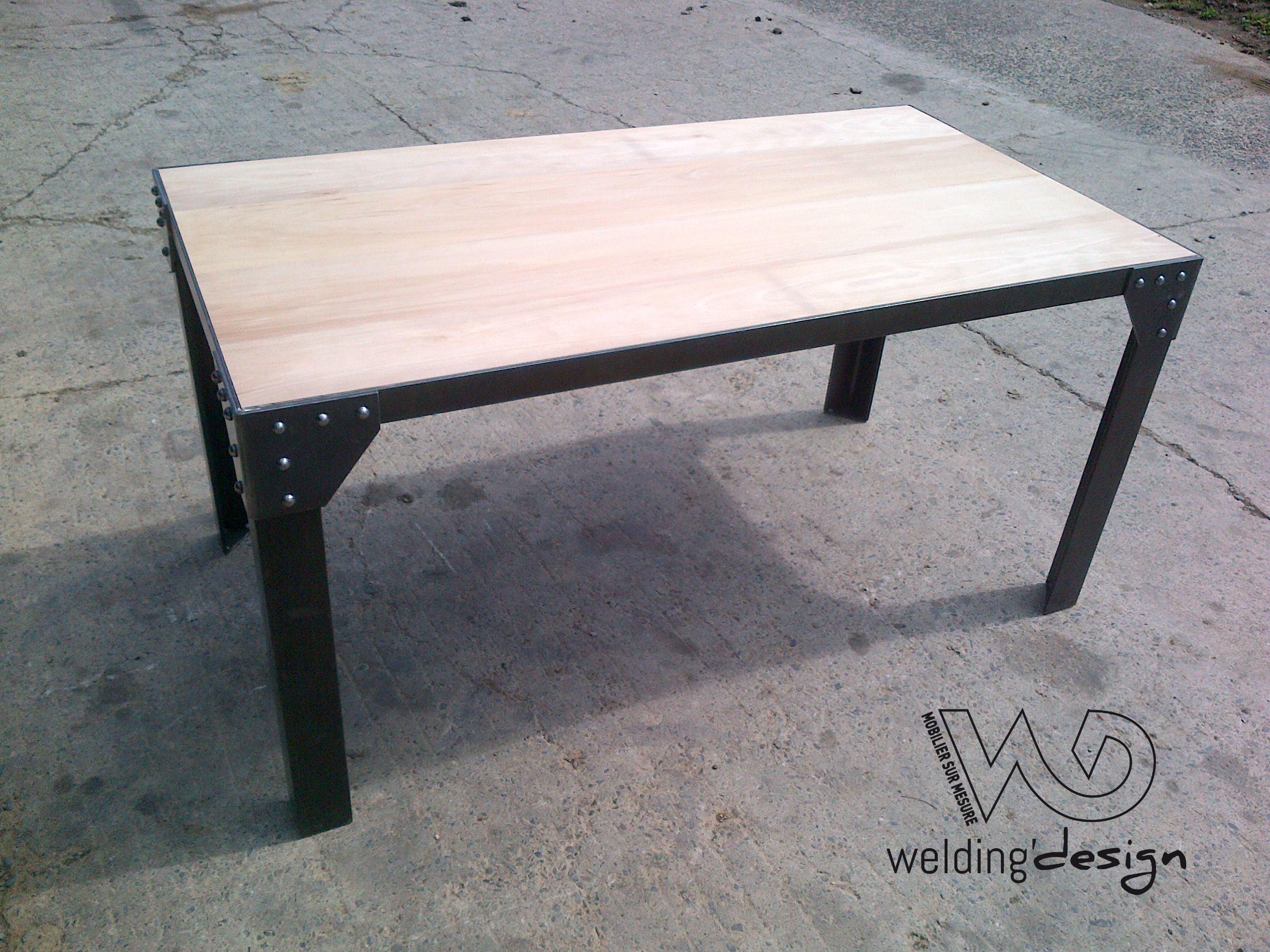 Table en acier avec rivets et plateau de bois