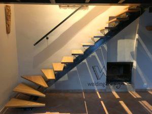 Escalier à limon central débillardé et ses marches de bois