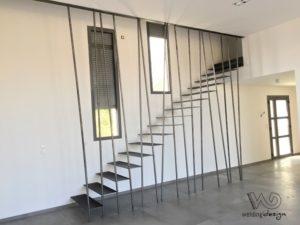 Escalier acier à marches suspendues et son garde corps bambou