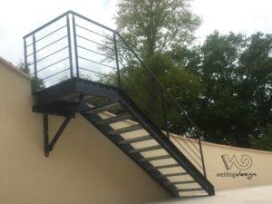 Escalier d'accès extérieur en caillebotis